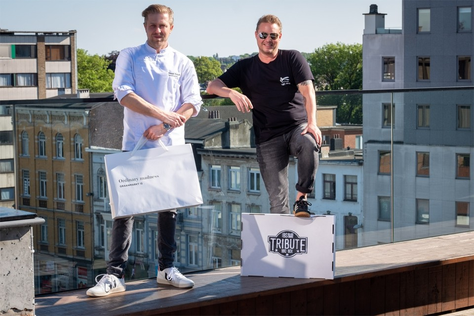 Seppe Nobels en Kasper Stuart op de rooftop van Black Smoke, elk met hun afhaalbox.