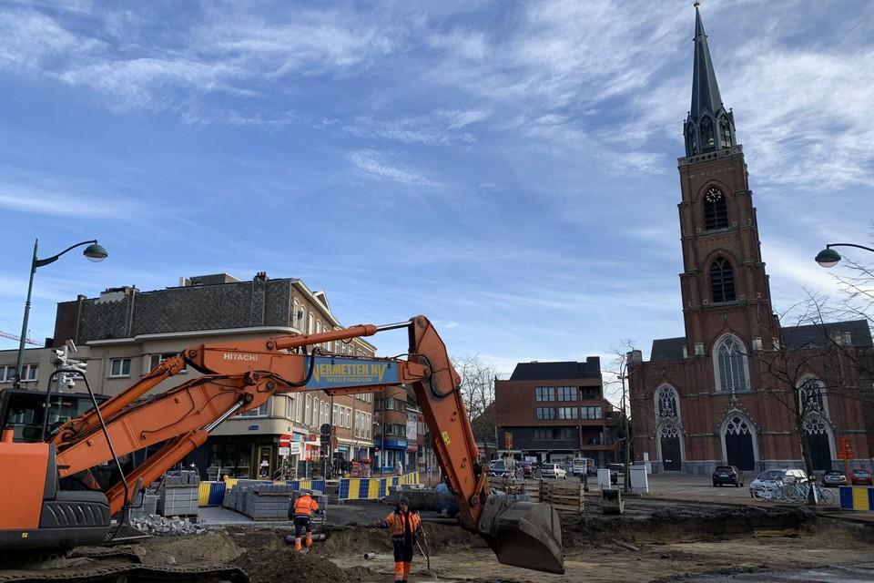 De aannemer is, in de schaduw van de kerk, gestart met de heraanleg van de Col. Silvertopstraat, die aansluit op de H. Spillemaeckersstraat, Markt, Windstraat en Groene Hofstraat.