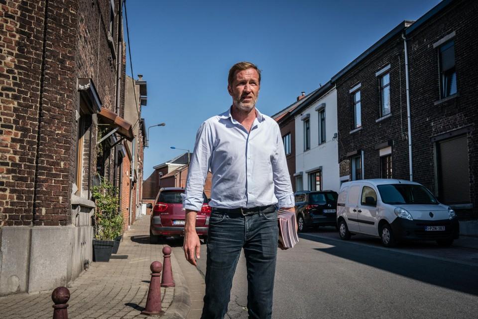 Paul Magnette in de straten van Charleroi.