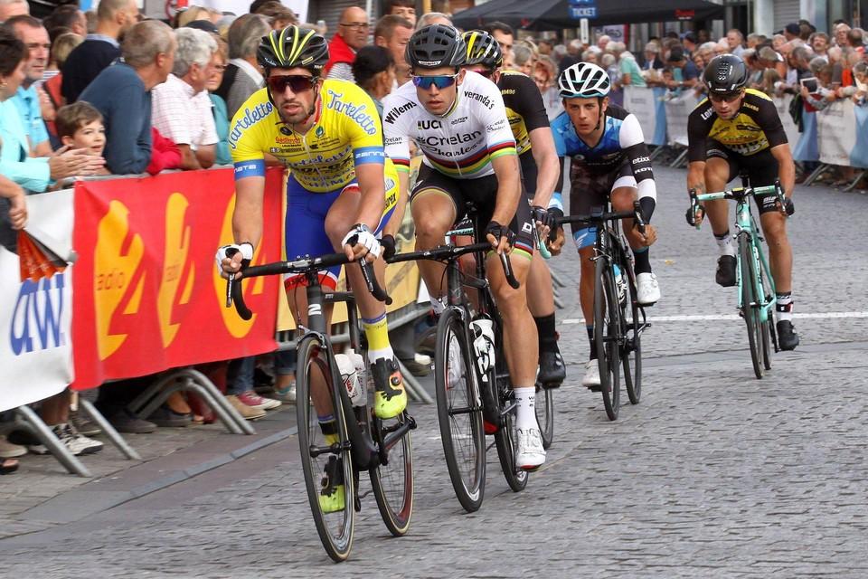 Wout Van Aert, nog in regenboogtrui en voor een andere ploeg, rijdt hier in tweede positie over de Herentalse kasseien bij een vorige editie van het na-Tourcriterium.