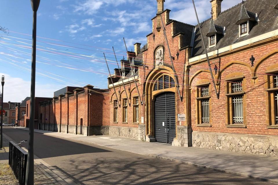 Drie jongemannen stonden terecht omdat ze tennisballetjes met daarin drugs over de muren van de gevangenis in Turnhout wilden gooien.