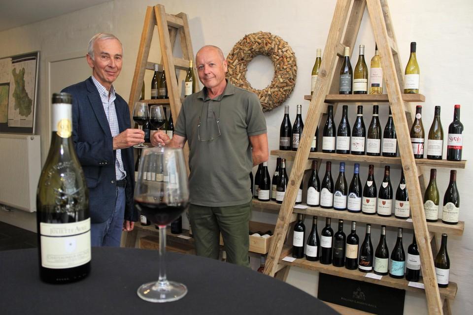 Guy Peeters en Willy Holsters klinken op hun wijnwinkel.