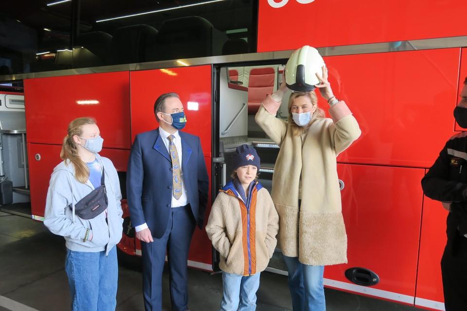 Minister Verlinden kreeg in Antwerpen een eigen brandweerhelm.