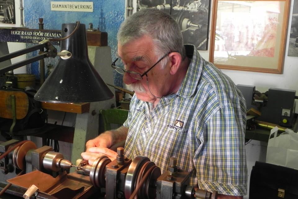 Oud-diamantbewerker André Ceulemans aan het werk.