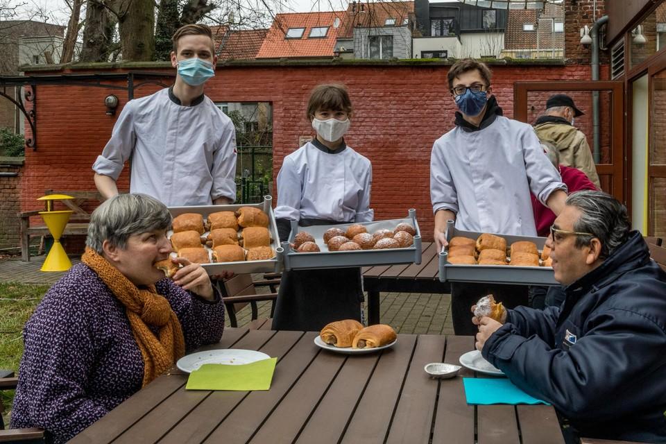 Leerlingen van het PIVA maakten worstenbroden voor de mensen van het Centrum voor Blinden en Slechtzienden in De Markgravenlei.