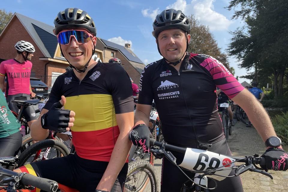 Kersvers mountainbikekampioen Tijs Huygen met zijn kompaan Pieter Wijckmans van de Après-Bikers.