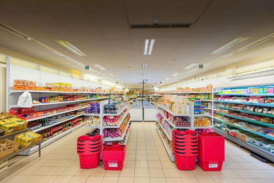 De supermarkt is ruim driehonderd vierkante meter groot.