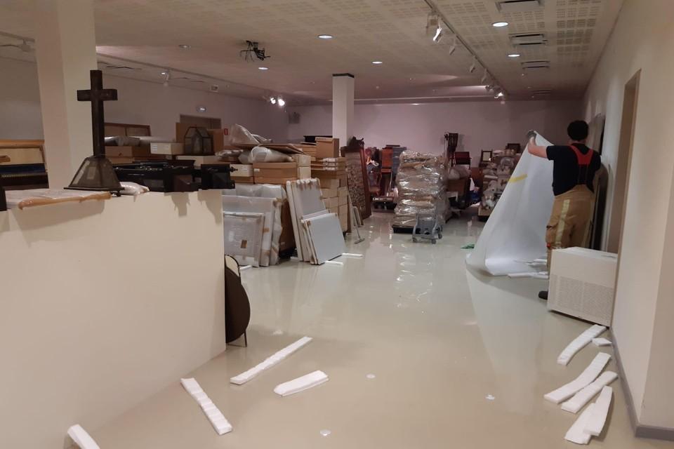 Vijfhonderd schilderijen werden zaterdagnacht in allerijl geëvacueerd na een waterlek in het plafond van het gebouw.