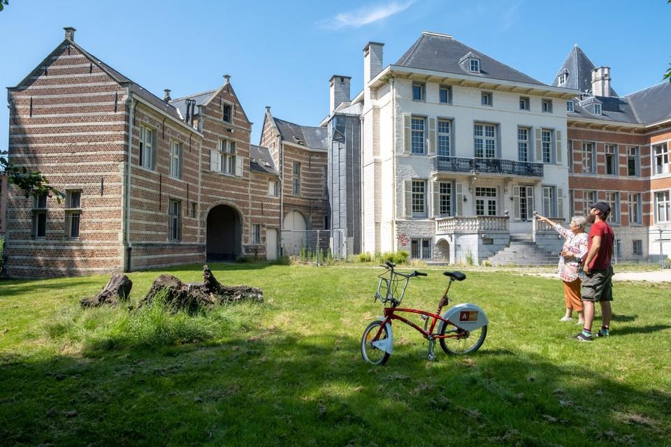 Links, het oudste kasteel van Deurne in het Bisschoppenhofpark.