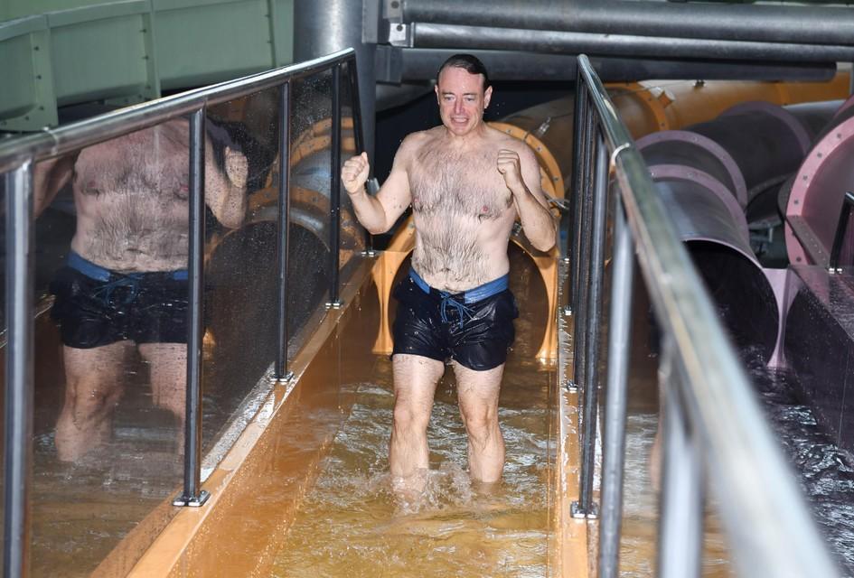 """""""Amai, wat was dat?"""", zegt De Wever wanneer hij uit de spectaculaire waterglijbaan komt."""