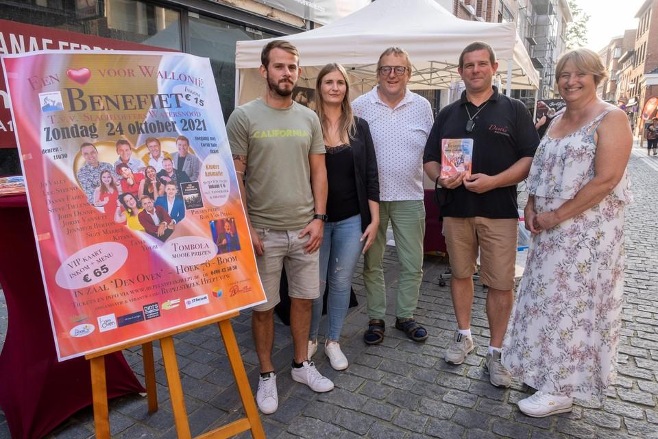 De vrijwilligers van Rupelstreek Helpt kondigen hun benefiet 'Een Hart voor Wallonië' aan op de braderie in Boom.