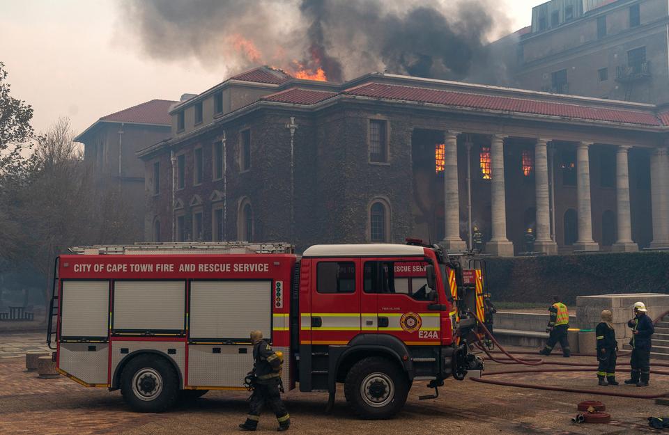 Verschillende gebouwen staan intussen in brand. De universiteit wordt geëvacueerd.