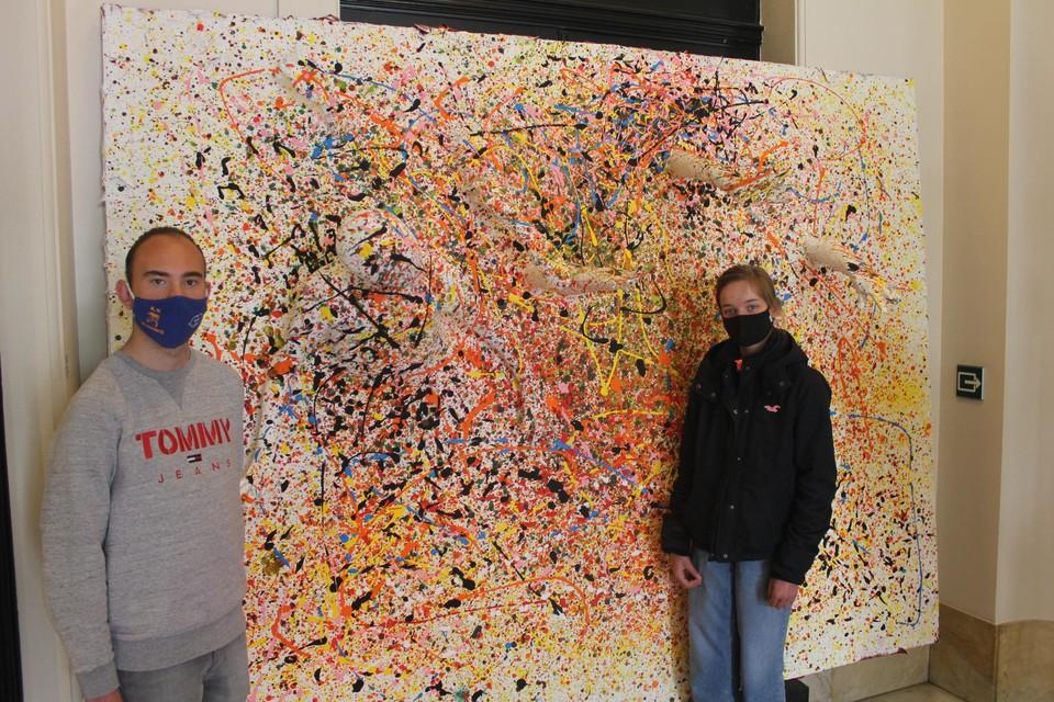 Niels (20) en Lotte (13) van SBSO Baken werkten mee aan dit  werk aan de inkom: een kleurrijk vlak waaruit lichaamsdelen steken.