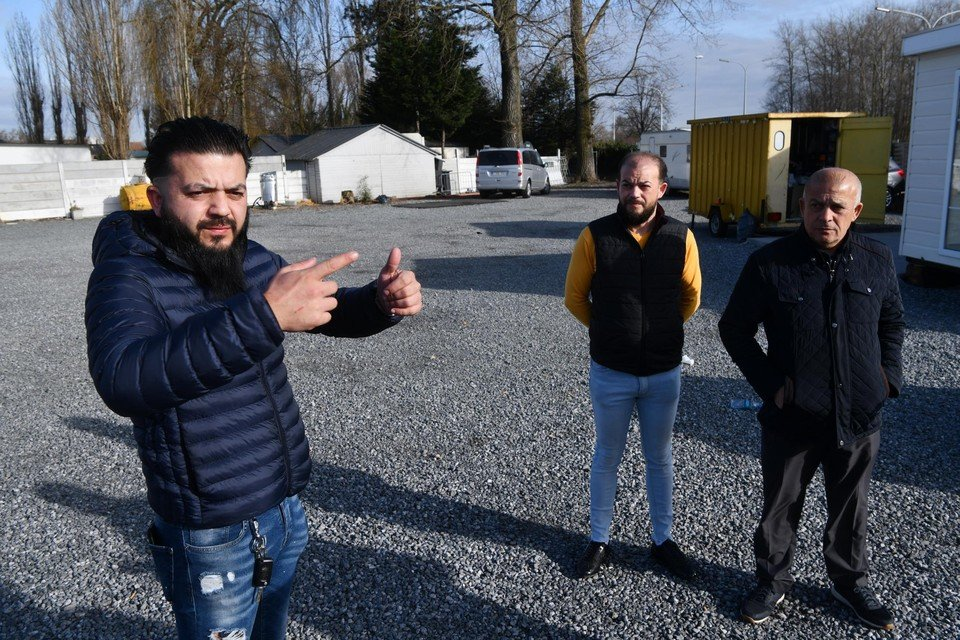 Daniel, David en vader Angelo reageerden furieus toen ze te horen kregen dat ze het terrein naast de A12 moeten verlaten.