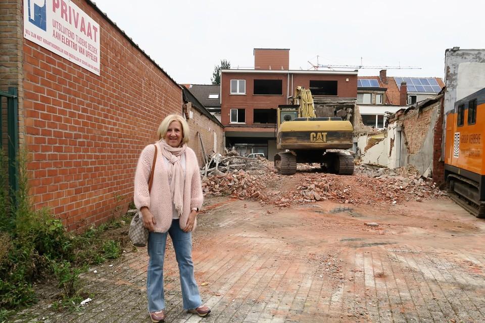 Projectontwikkelaar Linda Packolet kwam kijken hoe de sloopwerken vorderen. Links op de muur nog een bord dat verwijst naar Elektro Van Uffelen.
