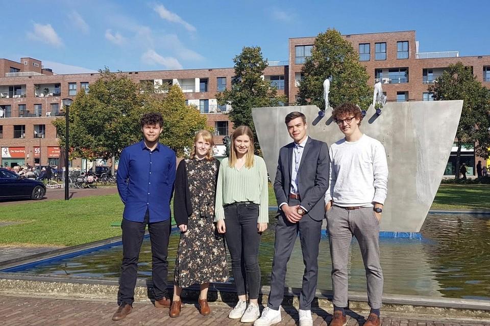 Studenten Ward Beyens, Michelle Koopmans, Elise Verstappen, Vincent Swolfs en Nico Nelis starten met AR-T een bedrijfje met sociale doelstellingen op. Robin Stevens ontbreekt op de foto.