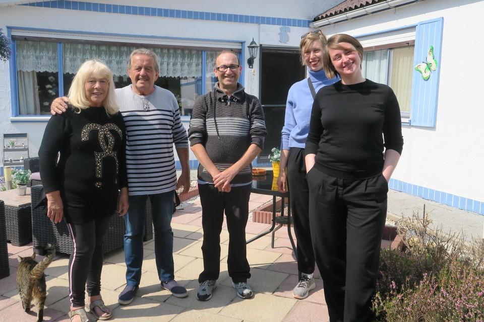 Podcastmakers Anna Dupon en en Xandry van den Besselaar met Gaby, Breugelmans, Freddy Flashback en zijn zoon Dave.