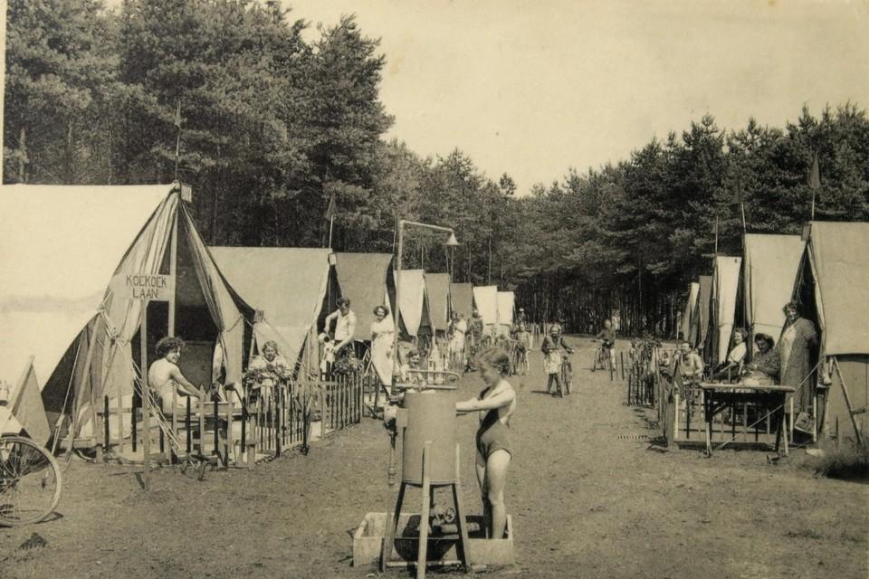 Een beeld uit de pioniersdagen van Dennenbad in de jaren dertig toen er nog geen caravans of chalets stonden, maar oude legertenten.