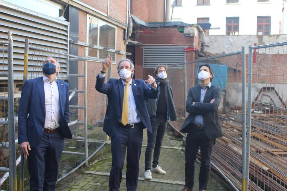 Burgemeester Dehandschutter (met gele das) gaf minister Diependaele (links) een rondleiding langs de werken aan het stadhuis.