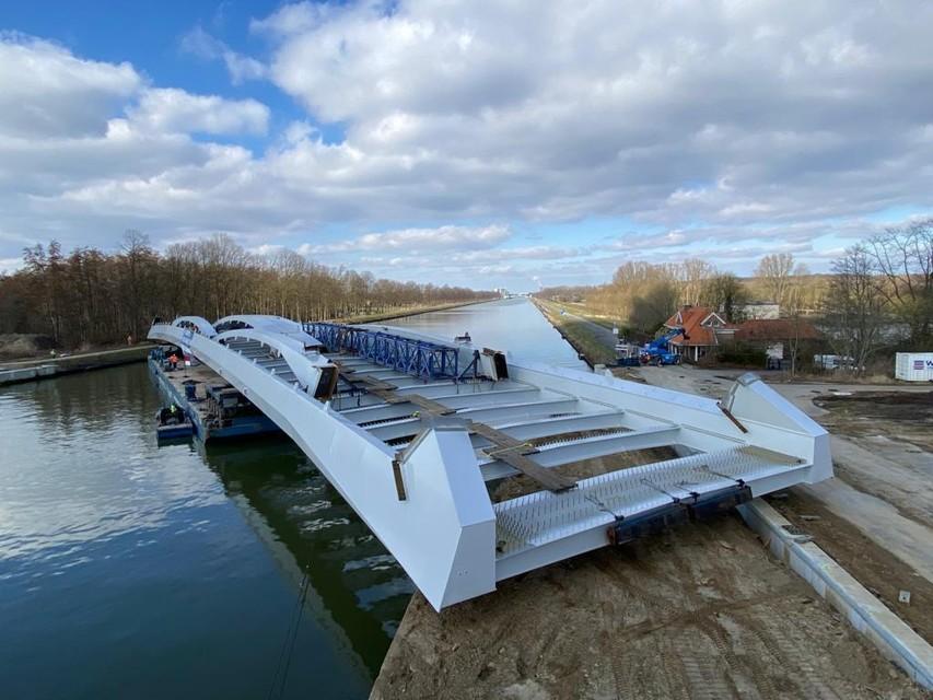 De onderdelen van de nieuwe kanaalbrug zijn gearriveerd.