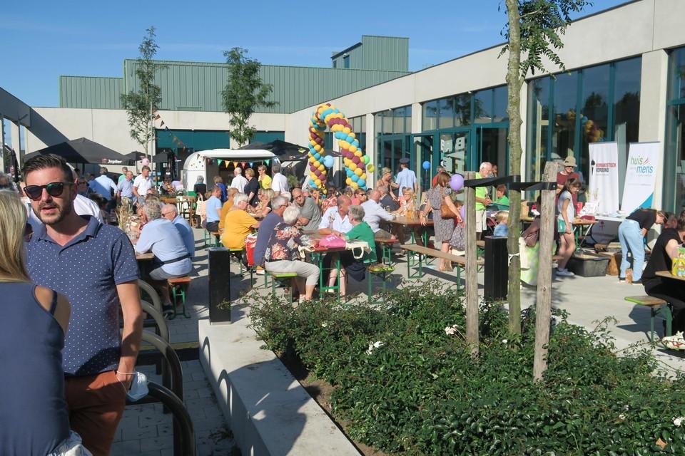 Het voorplein van het Brieleke liep helemaal vol. Het leek wel of heel Wommelgem het nieuwe vrijetijdscentrum met eigen ogen wilde zien.