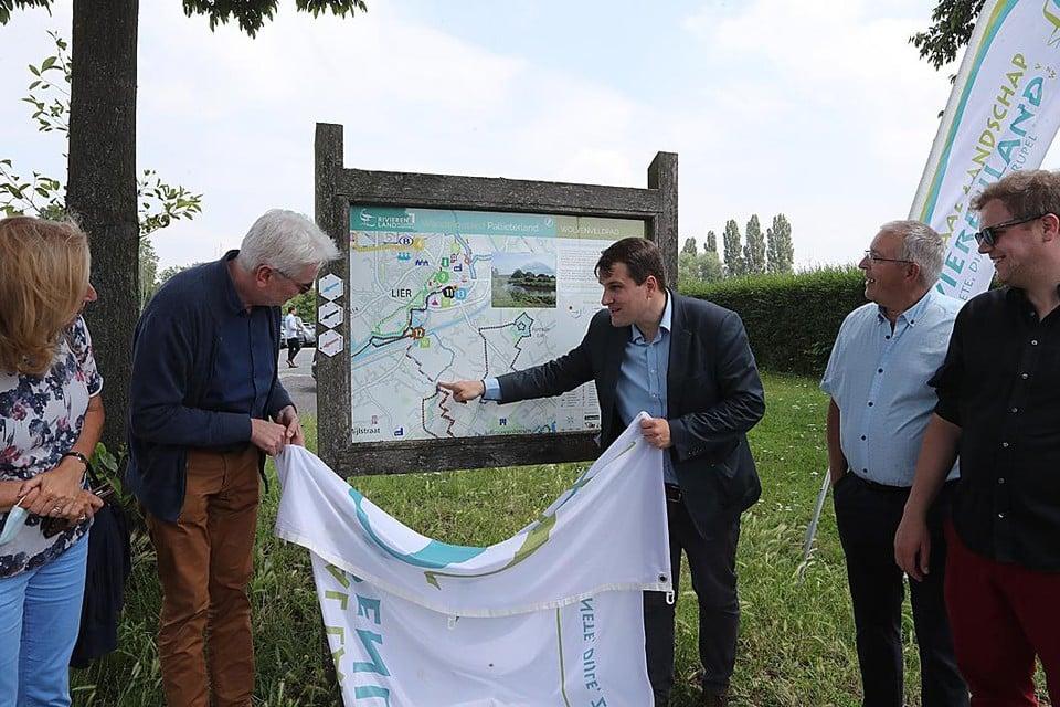 Jan De Haes en Rik Verwaest onthullen het infobord van het Wolvenveldpad.
