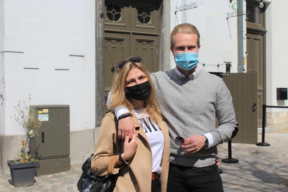 Nona Buyse en Levi Philips van De Stadswandeling aan The Cellar, een van de deelnemende horecazaken.