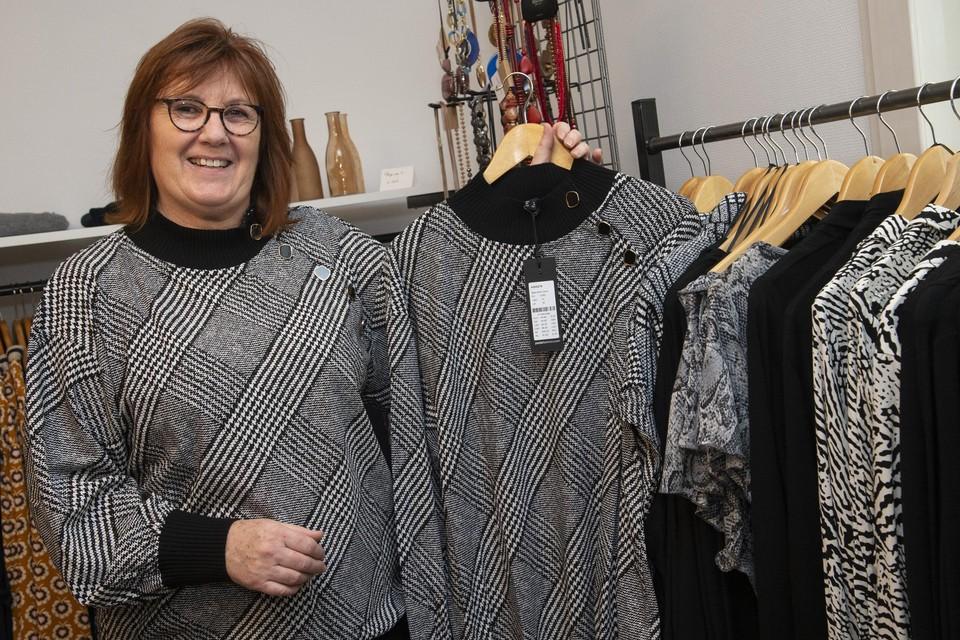 In haar winkel draagt Linda Moonen steevast kleren die ook in de rekken hangen.