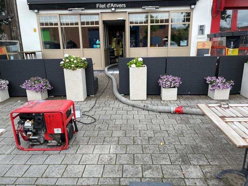 Bij restaurant Filet d'Anvers aan de Lange Lobroekstraat moest de brandweer ook water wegpompen.