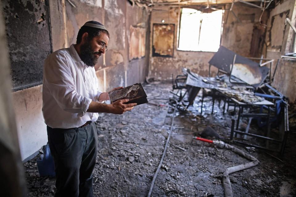 Een rabijn in een uitgebrand gebouw in Lod.