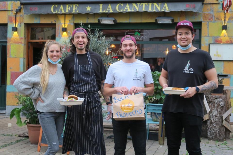 Guatemalteek Pedro Godoy met vriendin Lynn Quirijnen, Bunt ooms en trouwe bartender en keukenhulp Vince Campforts voor hun Cantina met enkele van de heerlijke latino-streetfood gerechten.