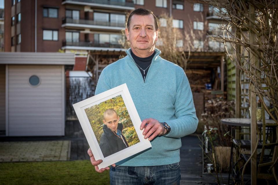 Didier Nijs met een foto van zijn zoon Philippe.