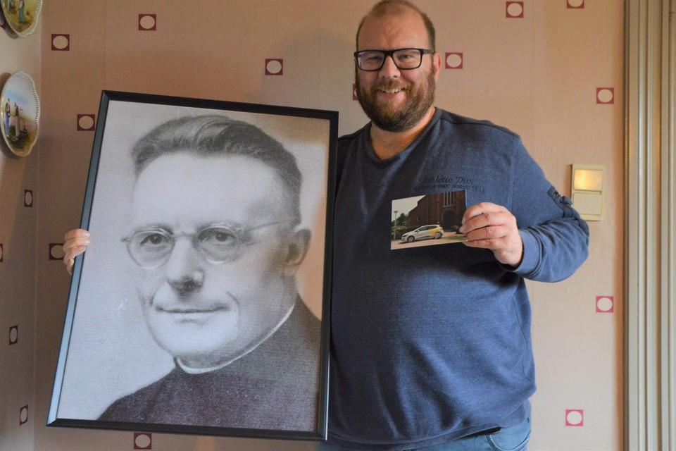 Kevin Verboven met een portret van Jef Bogaerts en de prentbriefkaart die hij in de Massenhovense brievenbussen verspreidde.