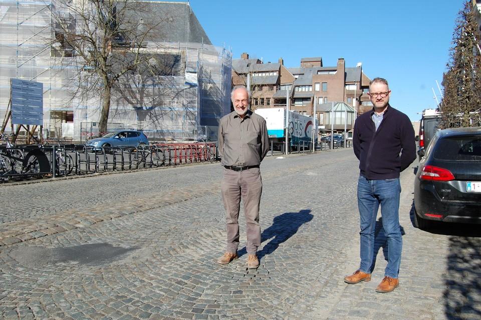 Schepen van Mobiliteit De Ketelaere (links) en burgemeester Van Laere zijn opgelucht dat de weg opgeknapt wordt.