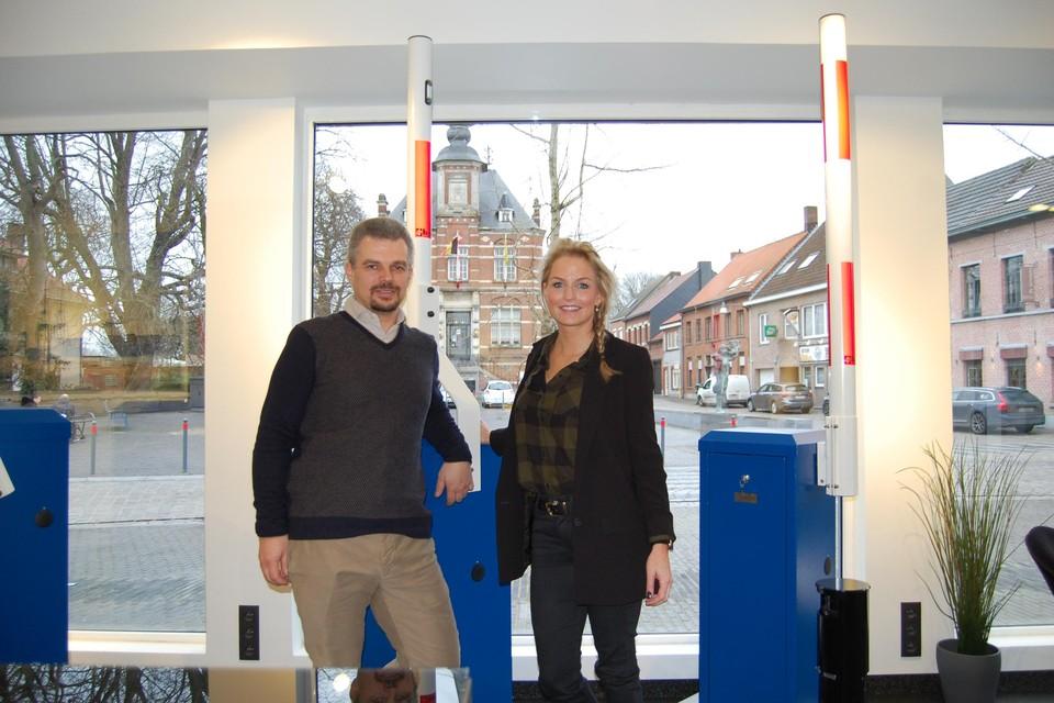 Vennoten Nick Vandenbrouck en Anke De Dauw hebben een verkooppunt geopend op het dorpsplein van Kallo.