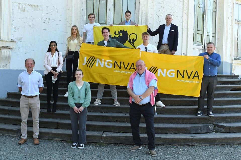 Een vernieuwd Jong N-VA stelt zich voor, samen met enkele vaste leden van de partij.