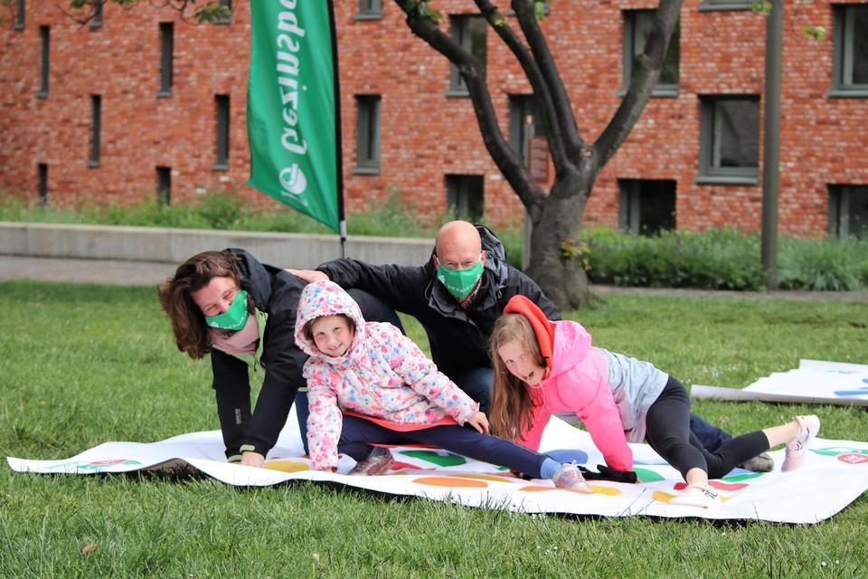 Een spelletje Twister toont aan hoe gezinnen zich soms in bochten moeten wringen.