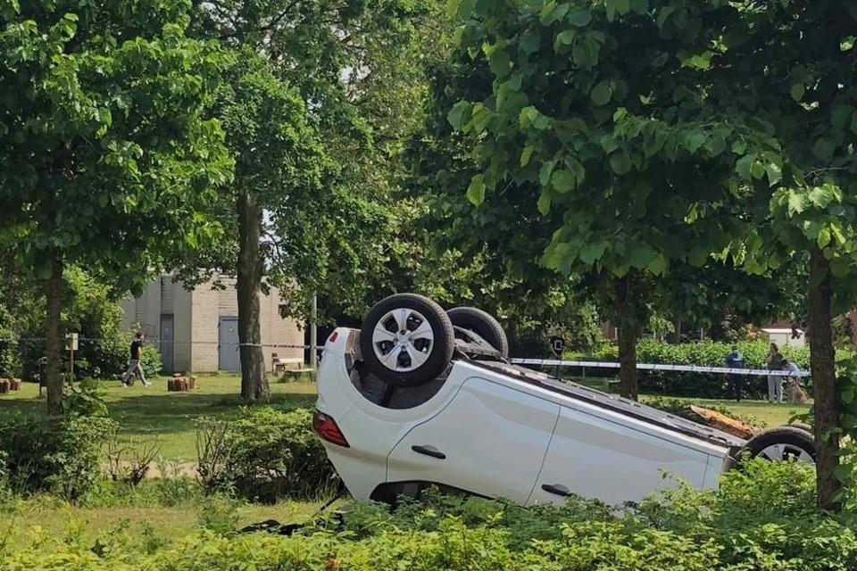 De wagen belandde op zijn dak in het parkje.