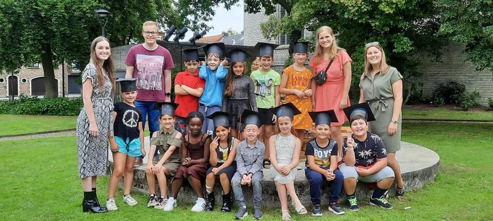 De 'afgestudeerde' kinderen van zomerschool.
