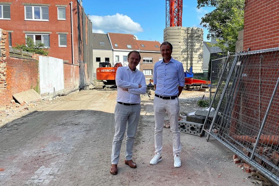 De sinds 2018 geassocieerde notarissen Stefan Van Tricht en Walter Geeraerts op 'hun' bouwwerf vooraan in de Paalstraat.