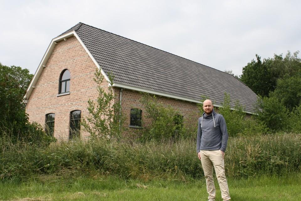 Dieter Van Tilburgh aan de heropgebouwde hoeve.