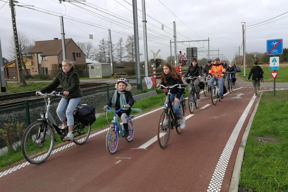 Op het nieuwe deel van de fietsostrade in Geel geldt een ander verkeersregime dan op het vervolgstuk in de Langstraat (bovenaan in beeld), wat in feite een rijweg zonder fietspad is.