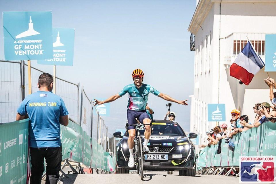 Olivier Godfroid rijdt als eerste over de meet bovenop de Mont Ventoux.