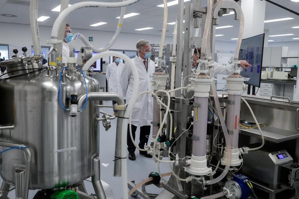 Koning Filip op bezoek bij Pfizer in Puurs: dankzij o.a. de productie van coronavaccins nam de werkgelegenheid in de chemie- en farmasector toe.
