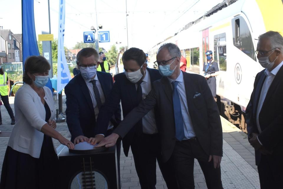 Sophie Dutordoir (NMBS), federaal minister van mobiliteit Georges Gilkinet (Ecolo), Benoît Gilson (Infrabel) en Christian Faure (CEF Transport) geven het officiële startsein van de eerste elektrische treinrit op de lijn Mol-Hamont.