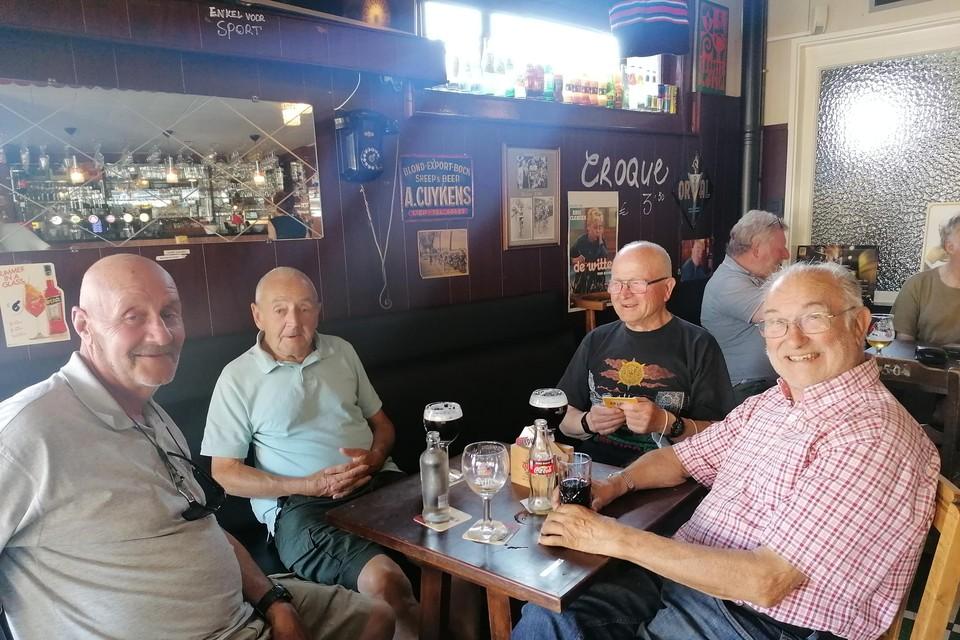 Wim Thijs (rechts vooraan) met zijn vrienden.
