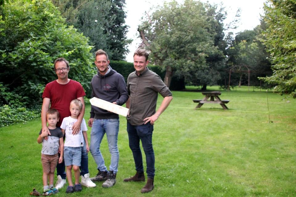 Roel Berens, Simon Geysels en Lander Lenaerts organiseren de eerste Zomertuin Oosthoven achter de gerenoveerde pastorie.