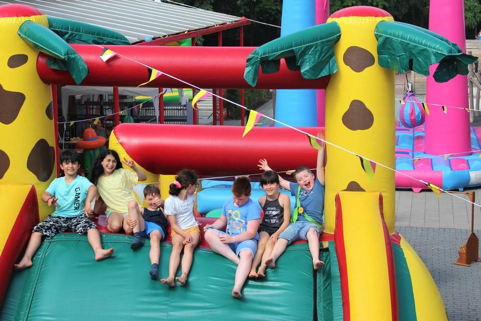 De speelplaats van de Heilig Hartschool stond vrijdag vol springkastelen.