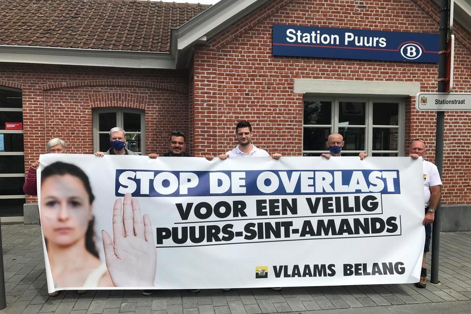 Vlaams Belang ontrolde een spandoek aan het station van Puurs.