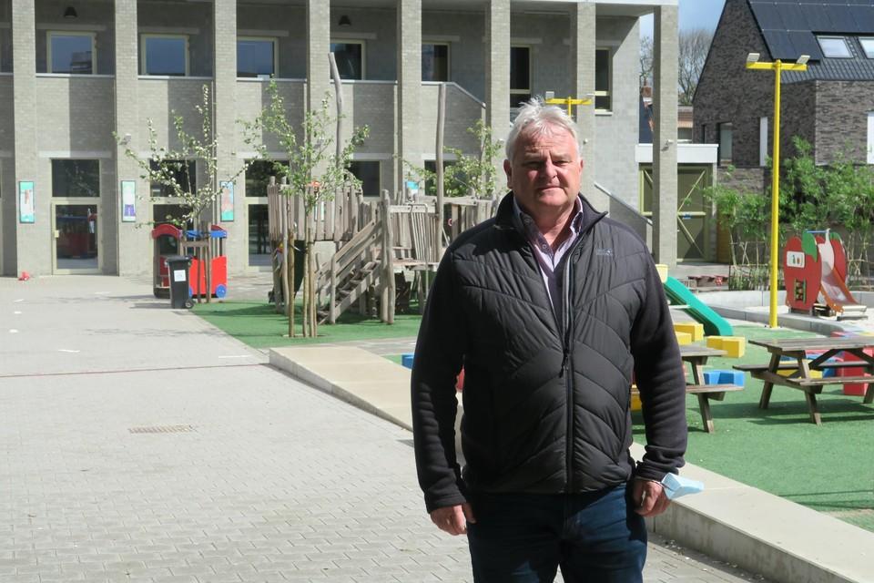 Burgemeester Frank Gys trotseert de storm voor de poort van Het Oogappeltje. Letterlijk, want figuurlijk lijken de sterren stilaan gunstig te staan om beide gemeentescholen in een serene sfeer over te dragen naar het Gemeenschapsonderwijs.